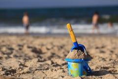 Игрушки на песчаном пляже морем Стоковая Фотография RF