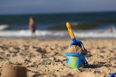 Игрушки на песчаном пляже морем Стоковое Изображение