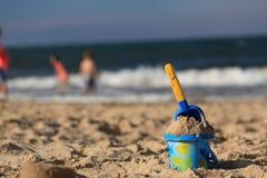 Игрушки на песчаном пляже морем Стоковое фото RF