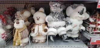 Игрушки на полке супермаркета - снеговики Нового Года, олени, медведи стоковое фото