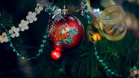 Игрушки на рождественской елке сток-видео