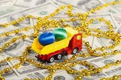 Игрушки Нового Года самосвала транспортированные игрушкой Стоковая Фотография