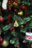 Игрушки Новый Год на рождественской елке Стоковые Изображения RF