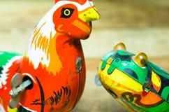 Игрушки олова цыпленка и лягушки стоковая фотография