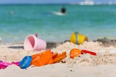 Игрушки пластмассы детей на пляже Стоковое Изображение RF