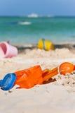 Игрушки пластмассы на карибском пляже Стоковое фото RF