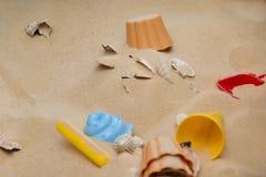 Игрушки пляжа в песке Стоковые Изображения