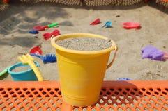 Игрушки пляжа в ящике с песком Стоковое Изображение