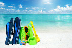 Игрушки пляжа и голубые темповые сальто сальто Стоковое фото RF