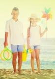 Игрушки пляжа мальчика и девушки стоящие Стоковое Изображение RF