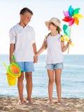 Игрушки пляжа мальчика и девушки стоящие Стоковое Изображение
