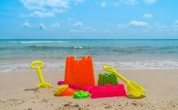 Игрушки пляжа на пляже моря Стоковые Изображения RF
