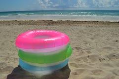 Игрушки пляжа раздувные на песке Стоковые Фото