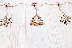 Игрушки рождества деревянные в форме rope на белой деревянной предпосылке Красивая праздничная поздравительная открытка Стоковое Фото
