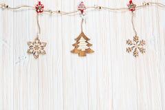 Игрушки рождества деревянные в форме rope на белой деревянной предпосылке Красивая праздничная поздравительная открытка Стоковое Изображение