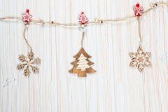 Игрушки рождества деревянные в форме rope на белой деревянной предпосылке Красивая праздничная поздравительная открытка Стоковая Фотография RF