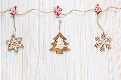 Игрушки рождества деревянные в форме rope на белой деревянной предпосылке Красивая праздничная поздравительная открытка Стоковая Фотография
