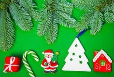 Игрушки рождества и ветви ели на зеленой предпосылке, взгляде сверху стоковые фотографии rf