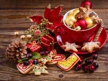 Игрушки рождества и сладкие печенья на деревянном столе Взгляд сверху и селективный фокус Новый Год принципиальной схемы счастлив стоковая фотография
