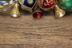Игрушки рождества на древесине стоковые фото