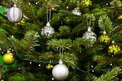 Игрушки рождества на естественной рождественской елке Стоковые Изображения RF