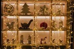 Игрушки рождества в окне магазина Стоковое Изображение RF