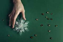 Игрушки рождества в руках на предпосылке Стоковое Изображение RF