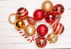 Игрушки рождества на белом деревянном столе предпосылки Стоковая Фотография RF