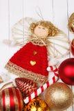 Игрушки рождества на белом деревянном столе предпосылки Стоковое Фото