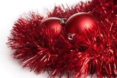 2 игрушки рождественской елки с красной гирляндой Стоковые Изображения RF