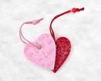 2 игрушки сердца в снеге Стоковые Фото