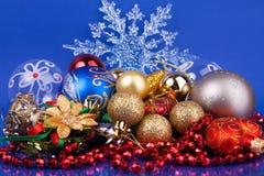 игрушки снежинки рождества предпосылки голубые Стоковые Фотографии RF