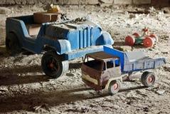 Игрушки старых, сломанных, покинутых детей в чердаке Стоковая Фотография