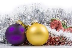 игрушки сфер рождества предпосылки изолированные стеклом белые Стоковое фото RF