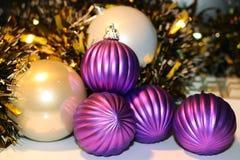 игрушки сфер рождества предпосылки изолированные стеклом белые Стоковые Фото