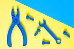 игрушки текста шаблона предпосылки Конструкция детей забавляется инструменты на голубой и желтой предпосылке Взгляд сверху Стоковые Фотографии RF