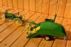 Игрушки трактора и зернокомбайна John Deere в зеленом цвете Стоковое Фото