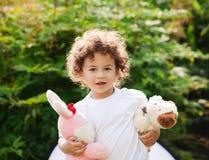 игрушки удерживания мальчика стоковая фотография
