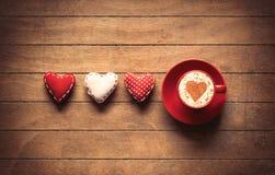 Игрушки формы сердца и кофейная чашка Стоковая Фотография RF