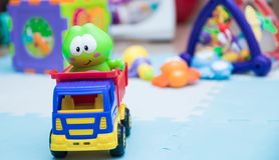 Игрушки ` s детей Небольшой конец-вверх машины для детей игра циновки с игрушками детей горизонтальная предпосылка с детьми стоковые фото