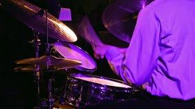 Игры барабанщика на комплекте и цимбале барабанчика Стоковые Изображения