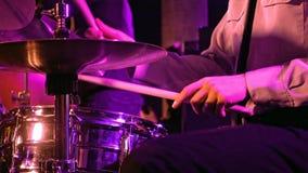 Игры барабанщика на комплекте и цимбале барабанчика Стоковое Фото