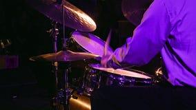 Игры барабанщика на комплекте и цимбале барабанчика Стоковая Фотография RF
