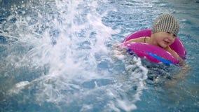 Игры воды ` s детей в бассейне Маленькие ребеята купают в бассейне акции видеоматериалы