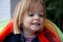 Игры девушки малыша с silk шарфами Стоковое Фото