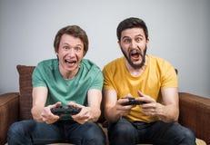 игры друзей играя видео Стоковая Фотография RF
