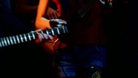 Игры девушки на гавайской гитаре пока выполняющ рок-группу акции видеоматериалы