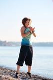 Игры девушки на пляже моря Стоковые Фотографии RF