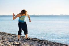 Игры девушки на пляже моря Стоковые Фото