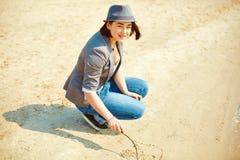 Игры девушки на пляже моря Стоковая Фотография